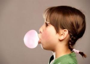 Përtypja e çamçakëzëve shkakton dëme