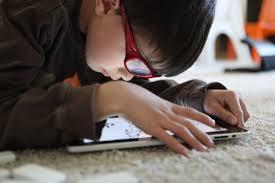 Si t`i mbrojmë fëmijët nga qëndrimi i tepërt në kompjuter