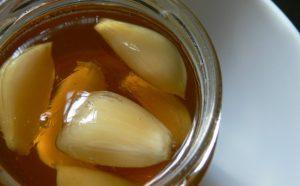Hani hudhër dhe mjaltë në stomak të zbrazët